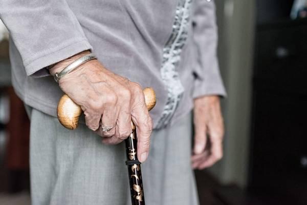 מדוע קשישים נופלים יותר ואיך ניתן למנוע את הנפילה הבאה?