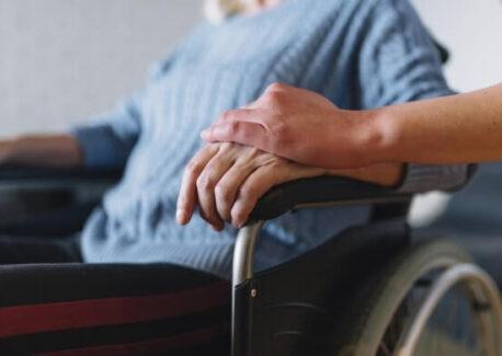 כרית למניעת פצעי לחץ: איך להתאים את המשטח הנכון לכיסא הגלגלים?